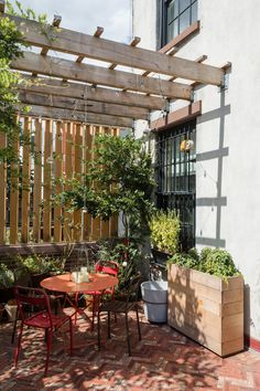 Exterior Patio Area Furniture for Great Houses – Outdoor Patio Decor Small Patio Ideas Townhouse, Townhouse Garden, Townhouse Interior, Patio Diy, Pergola Patio, Backyard Patio, Pergola Ideas, Cheap Pergola, Pergola Kits