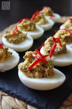 wegefaza: Jajka nadziewane suszonymi pomidorami i awokado