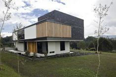 Localizada a leste de Medelin, esta casa tem a intenção de enquadrar a vista da paisagem montanhosa de Antioquia.  Inserida na paisagem verde, a casa...