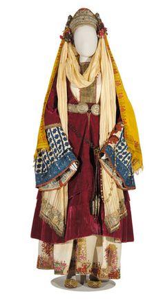 Νυφική φορεσιά, γνωστή και ως «χρυσομάντιλο», από τη χρυσοκεντημένη επιμετώπια ταινία που χαρακτηρίζει τη νύφη. Αστυπάλαια, 19ος αι. (αρ. φορ. 95). © Μουσείο Μπενάκη, Αθήνα. Greek Traditional Dress, Traditional Fashion, Traditional Outfits, Other Outfits, Date Outfits, Cool Outfits, Gypsy Costume, Folk Costume, Historical Costume