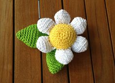 Spring is almost here! Crochet this lovely daisy and boost up your spring mood!