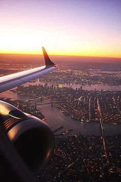 Top 15 New York city attractions With the holidays approaching, there are a number of picturesque places to visit with your family. An amazing city that I love Places To Travel, Places To See, Foto Twitter, Empire State Of Mind, Travel Aesthetic, Belle Photo, Adventure Travel, Airplane View, Airplane Window