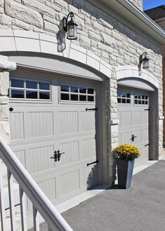 28 Trendy Garage Organization Ideas Shelves The Doors Chi Garage Doors, Carriage Style Garage Doors, Garage Door Colors, Garage Door Windows, Modern Garage Doors, Garage Door Styles, Overhead Garage Door, Garage Door Design, Exterior House Colors
