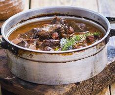 Hovězí guláš nadivoko sčerveným vínem   Recepty Albert Toms, Beef, Dinner, Red Peppers, Meat, Dining, Food Dinners, Steak, Dinners