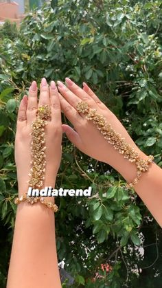 Indian Bridal Jewelry Sets, Indian Jewelry Earrings, Bridal Bangles, Jewelry Design Earrings, Hand Jewelry, Bridal Jewellery, Antique Jewellery Designs, Fancy Jewellery, Indian Jewellery Design