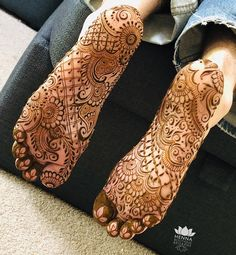 Sole henna that is very detailed henna on soles of both feet Legs Mehndi Design, Henna Art Designs, Mehndi Designs For Beginners, New Bridal Mehndi Designs, Beautiful Henna Designs, Mehndi Design Images, Best Mehndi Designs, Dulhan Mehndi Designs, Mehndi Designs For Hands