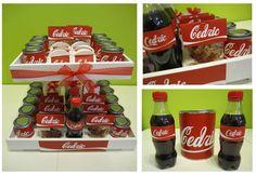 Thema 'cola' voor Cedric: snoepzakjes gevuld met colaflesjes, verfblikjes met wikkel, witte vouwdoosjes, colaflesjes met aangepast etiket en een traktatieblik met wikkel.