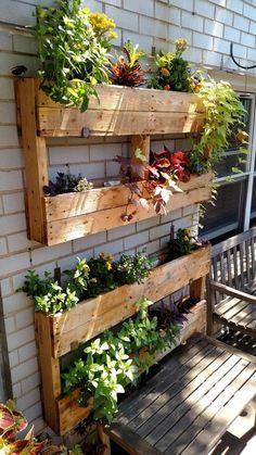 25 creative vertical garden ideas for small backyard 21 Vertical Garden Design, Vertical Gardens, Vertical Pallet Garden, Pallet Garden Walls, Wood Pallet Planters, Herb Garden Pallet, Palet Garden, Vertical Planter, Concrete Planters