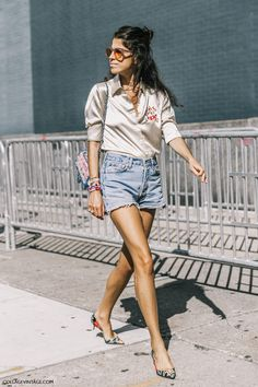 Check out all 11 of Leandra Medine& fashion week outfits. Kitten Heels Outfit, Heels Outfits, Mode Outfits, Casual Outfits, Look Street Style, Nyfw Street Style, Street Fashion, Fashion Weeks, London Fashion