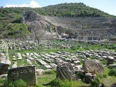 Antigas ruínas em Éfeso, próxima à atual Selçuk, província de Esmirna, na Turquia. Ao fundo se vê o teatro de Éfeso. Durante o período romano, foi por muitos anos a segunda maior cidade do Império Romano, apenas atrás de Roma, a capital do império.