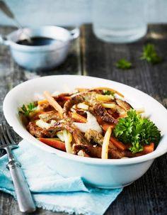 Maukkaat, kotimaiset juurekset ovat tämän wokin salaisuus.