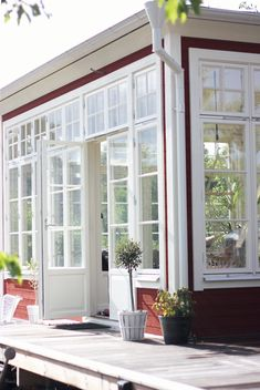 Fru fix och trix: Torsdagstemat på Fabriken: Favorithörna House Design, Red Houses, House Inspo, Interior Design Living Room, Country Home Exteriors, Sunroom Designs, Sweden House, Summer House, Old Houses