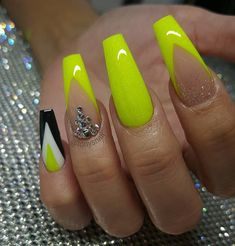 Want some ideas for wedding nail polish designs? This article is a collection of our favorite nail polish designs for your special day. Kiss Nails, Sexy Nails, Fancy Nails, Cute Nails, Pretty Nails, Neon Nail Designs, Short Nail Designs, Nail Polish Designs, Design Ongles Courts