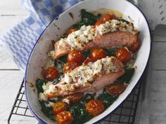 Spectacular Baked salmon with feta cheese and spinach crust Healthy Homemade Snacks, Healthy Cooking, Healthy Recipes, Healthy Kids, Healthy Food, Salmon Dishes, Fish Dishes, Healthy Diners, Good Food