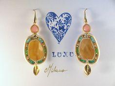 Orecchini in soutaches, Quarzi gialli, componente foglia dorata e cuore corallo rosa, cristalli smeraldo, verdi, azzurri , pirite e argento italiano 925.