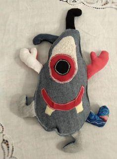 Alieno Giorgia: questo alienino è strato creato per una bimba di un anno circa, triple cuciture e stoffa doppia per evitare che l'imbottitura possa uscire in caso di ciuccellamenti vari. All'interno due campanellini.