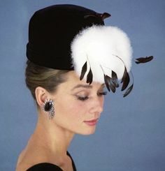 Audrey Hepburn as Holly Golightly for the film Breakfast at Tiffany's, Gorgeous lady! Holly Golightly, Audrey Hepburn Mode, Audrey Hepburn Makeup, Audrey Hepburn Breakfast At Tiffanys, Catherine Baba, George Peppard, Actrices Hollywood, Fair Lady, Turbans