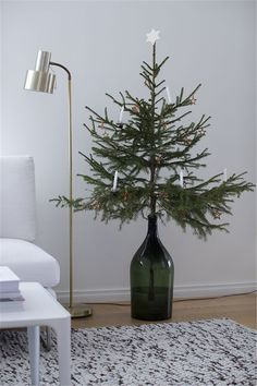 Easy And Simple Christmas Tree Decorations Christmas Crafts Christmas Decor Happy New Year Simple Christmas Tree Decorations, Christmas Tress, Scandinavian Christmas Decorations, Christmas Home, Christmas Crafts, Holiday Decor, Modern Christmas Decor, Christmas Tree Simple, Christmas Tree Vase