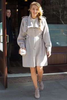 Blake Lively- HarpersBAZAARUK How to look chic and stay warm this winter Blake Lively Street Style, Blake Lively Outfits, Blake Lively Dress, Berlin Street Style, Rihanna Street Style, Daytime Outfit, Winter Stil, Fashion Week 2016, Look Chic