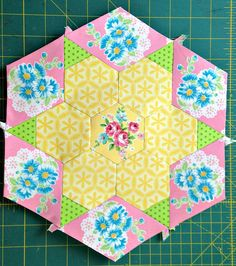 "Smitten Hexagon Two Large B Join our English paper Pieced Quilt-Along <a href=""https://www.facebook.com/groups/smittenquilt/"" rel=""nofollow"">www.facebook.com/groups/smittenquilt/</a>"