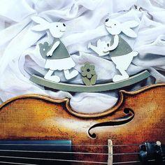 W moim muzycznym świecie jest sporo miejsca na małe radości. Czy można cieszyć się z wielkich sukcesów nie umiejąc docenić małych gestów drobnych rzeczy?   In my music world there is a lot of space for enjoying and appreciating little things  ______________________ #easter   #easter2017  #easterbunny   #violin   #violino #violinist   #geige   #skrzypce   #zajac   #eastertime   #tv_simplicity   #tabledecor   #wielkanoc   #easterweekend   #musicaclassica   #easterfun   #spring   #classicfm…