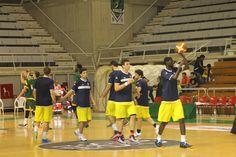 Nuestros chicos en el calentamiento en el Palacio de los Deportes de Huesca