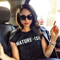 'Mature-ish' Black Crew Neck Tee Shirt-Meghan Markle - Dress Like A Duchess Estilo Meghan Markle, Meghan Markle Stil, Lady Diana, Kate Middleton, The Tig, Sussex, Prince Harry And Megan, Princess Meghan, Herzog