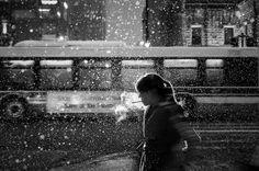 Impresionantes retratos callejeros a contraluz en blanco y negro
