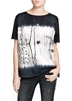 Mango, Camiseta algodón paisaje difuminado con un 33% de descuento.