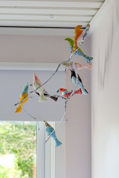 A bird mobile inspired by the free pattern from Spool sewing Fabric Crafts, Sewing Crafts, Craft Projects, Sewing Projects, Bird Mobile, Crafts For Kids, Arts And Crafts, Bird Crafts, Creation Couture