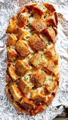 This Garlic Butter Pizza Pull Apart Bread is smothered in garlic butter, stuffed with pizza fillings, and topped with so. You will absolutely love this Garlic Butter Pizza Pull [. I Love Food, Good Food, Yummy Food, Tasty, Comida Disney World, Fingers Food, Cooking Recipes, Healthy Recipes, Pizza Recipes