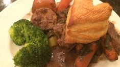 Guinness(R) beef stew loaded with potatoes and plenty of seasoning is simmered in the slow cooker and topped with puff pastry for the perfect comfort food on cold evenings. Best Slow Cooker, Slow Cooker Beef, Slow Cooker Recipes, Crockpot Recipes, Cooking Recipes, Slow Cooking, Guinness Beef Stew, Beef Recipes For Dinner, Soups And Stews