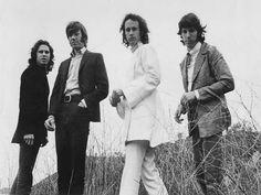 """O Velvet Pub homenageia a banda de rock norte-americana The Doors no sábado, 3 de maio, a partir das 22h, com um show cover de duas horas do grupo Backdoor Band. Músicas como """"Roadhouse Blues, """"Love Street"""", """"Touch Me"""", """"Light My Fire"""" e """"The End"""" fazem parte do repertório. Os ingressos custam R$20."""