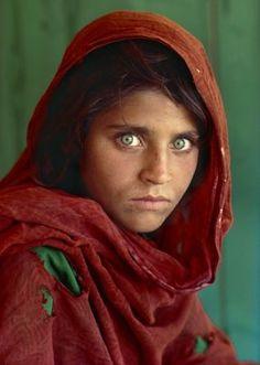 bu afgan kızın gözleri o kadar etkileyici ki anlatamam.