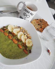 Café, smothies bowl (kiwi banane epinard) et pain fruit confit