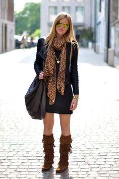 Bota montaria marrom, saia e blusa preta, oculos espelhado e echarpe onça + Bolsa Franjas