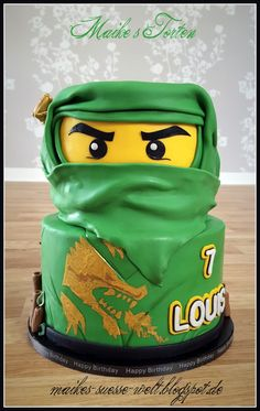 4 Victoria sponges, 2 Non-dairy. Need green, yellow and black icing, also IJ name & gold paint. Bolo Ninjago, Bolo Lego, Lego Ninjago Cake, Ninjago Party, Ninja Birthday Cake, Ninja Cake, Ninja Birthday Parties, Green Cake, Kids Party Decorations
