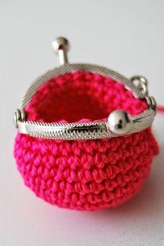 Gratis haakpatroon; mini portemonneetje - Echtstudio Blog Love Crochet, Knit Crochet, Purse Wallet, Coin Purse, Giraffe, Purses And Bags, Needlework, Free Pattern, Crochet Patterns