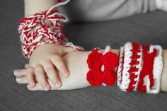 En Grèce durent la fête du Printemps les enfants doivent porter de  «Martias» , découvrez pourquoi sur mon blog ;) #1_Mars, #printemps, #amour, #joie, #bonne_humeur, #talisman, #amulette, #soleil, #Martinka, #Martisor, #Martina, #Balkans, #le_bonheur, #Canada, #Moldavie, #enfants Immigration Au Canada, Baba Marta, Motifs Textiles, Fingerless Gloves, Arm Warmers, Mars, Blog, Spring, Signs Of Spring