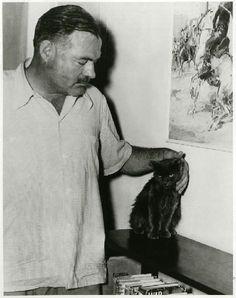 Hemingway y su famoso gato de seis dedos