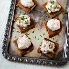 Savulohi- ja savuporococktailpalat | Pikkusuolaset sopivat hyvin salaattien kaveriksi noutopöytään.