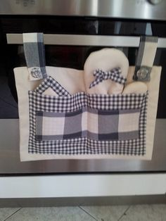 Copriforno con guanto e presina Horn cover with glove and pot holder - For the home and for you - Ki Dish Towel Crafts, Home Crafts, Diy And Crafts, Patchwork Bags, Sewing Projects For Beginners, Hot Pads, Ideas Para, Soft Furnishings, Sewing Crafts
