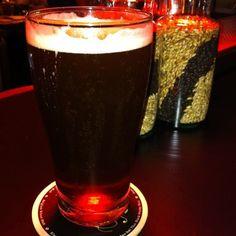 Cerveja Full Moon Dark Ale, estilo Dark American Lager, produzida por Full Moon Brew Work, Tailândia. 5% ABV de álcool.