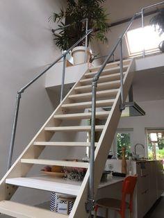 Inspiratie voor Trapleuningen en Balustrades   Steigerbuis Online Galvanized Steel, New Room, Modern, Home Decor, Ladder, Home And Living, Pipes, Steel, Shelves