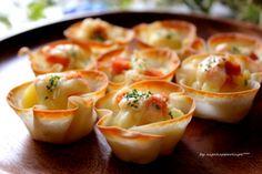 餃子の皮を使って簡単カップグラタンが出来ます。余った餃子の皮で作ってもいいですね。おつまみやおやつにもなる1品です。お弁当に入れるとカップごと食べられるオシャレなおかずになります。