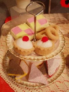 KNITTED FOOD (I don't knit, but I could totally do a crochet version of this...)
