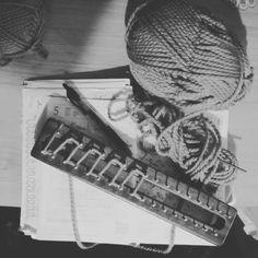 Ese momento solo tuyo en el que creas y deseas compartirlo con el resto del mundo. #knittingpatterns #laurelisanper #knitter #parttimeknitter #allyouknitislove #wool #tejiendo #knitting #knitter #knitstagram  #knittinginspiration #knitaholic #knittingprojects #loom #looming #withoutneedles