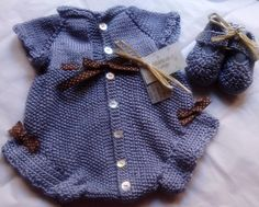 Blauer Mini-Overall und Booties Knitting For Kids, Baby Knitting Patterns, Knitting Designs, Baby Patterns, Cool Baby Clothes, Knitted Baby Clothes, Baby Cardigan, Toddler Outfits, Kids Outfits