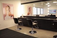 Friends & Family Beauty Room - The Most Over-The-Top Things In Kylie Jenner's Cosmetics HQ - Lonny Casa Kylie Jenner, Kylie Jenner Makeup, Kylie Jenner Beauty Room, Office Interior Design, Office Interiors, Decoration Chic, Glam Room, New Homes, Shops