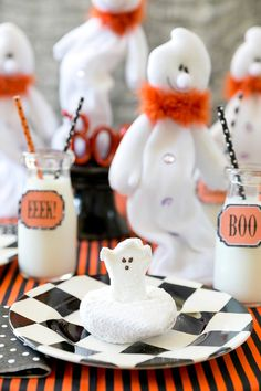 Host a ghost-themed Halloween breakfast party this year! Check out our easy tips to create a black, white and orange ghost breakfast! Halloween Party Themes, Halloween Food For Party, Halloween Projects, Holidays Halloween, Halloween Kids, Halloween Treats, Happy Halloween, Halloween Decorations, Halloween Donuts